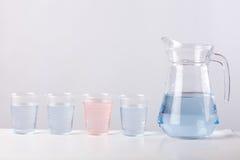 Brocca di vetro con acqua isolata su fondo bianco Fotografia Stock Libera da Diritti