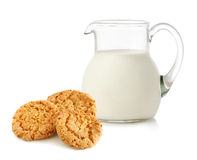 Brocca di vetro con latte ed i biscotti Fotografia Stock
