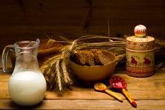Brocca di vetro con latte, tazza con latte, una pagnotta del pane di segale, orecchie Fotografie Stock