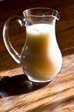 Brocca di vetro di latte Immagini Stock
