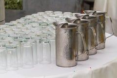 Brocca invertita dell'acciaio inossidabile di vetro e di acqua fredda Immagine Stock