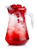 Brocca piena di cocktail analcolico dei mirtilli rossi freschi con le bacche Fotografia Stock Libera da Diritti