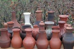 Brocche di bianco e di marrone, fatte a mano, Plios, Russia dell'argilla immagine stock