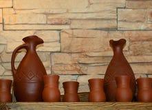 Brocche e tazze dell'argilla su una mensola Immagine Stock Libera da Diritti