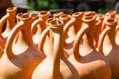 Brocche georgiane tradizionali dell'argilla da vendere nel villaggio Immagini Stock Libere da Diritti