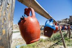 Brocche variopinte dell'argilla che appendono in una linea, Cappadocia, Turchia Fotografia Stock Libera da Diritti