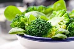 Broccoli, babyspinazie en slabonensalade Royalty-vrije Stock Foto's