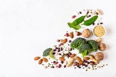 Broccoli, bonen en noten - veganistbronnen van plantaardige proteïne stock afbeeldingen