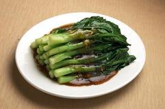 Broccoli cinesi in padella Immagini Stock Libere da Diritti