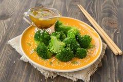 Broccoli con i semi di sesamo Immagini Stock