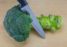Broccoli con il coltello sulla tavola Fotografia Stock