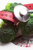Broccoli con nastro adesivo di misurazione sulla bilancia stare Fotografia Stock