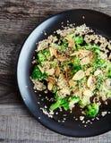 Broccoli cotti a vapore con i chip ed i semi di sesamo dell'aglio Immagini Stock