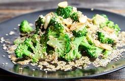 Broccoli cotti a vapore con i chip ed i semi di sesamo dell'aglio Fotografie Stock Libere da Diritti