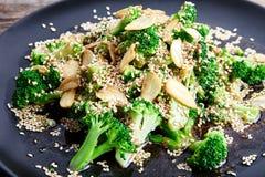 Broccoli cotti a vapore con i chip ed i semi di sesamo dell'aglio Immagine Stock Libera da Diritti