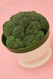 Broccoli dans un paraboloïde de cru sur un fond rose Photos stock