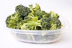 Broccoli dans un récipient d'entreposage en plastique Image stock