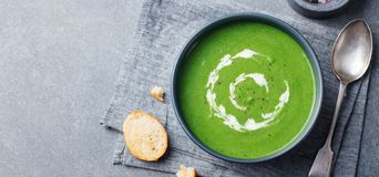 Broccoli, de soep van de spinazieroom in een kom met geroosterd brood Hoogste mening De ruimte van het exemplaar stock afbeeldingen