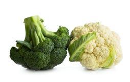Broccoli e cavolfiore su fondo bianco fotografia stock