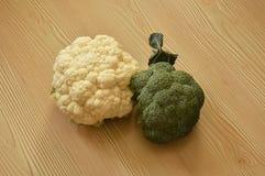 Broccoli e cavolfiore sulla tavola fotografie stock libere da diritti