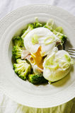 Broccoli e uovo affogato Fotografia Stock Libera da Diritti