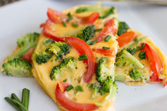 Broccoli ed omelette del pomodoro (omelette) Fotografie Stock Libere da Diritti