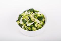Broccoli in een Witte Braadpan met Parmezaanse kaaskaas stock foto's