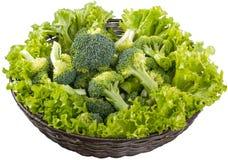 Broccoli en Blad van Sla in de Mand stock afbeeldingen
