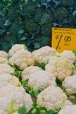 Broccoli en Bloemkolen bij landbouwersmarkt Stock Afbeeldingen