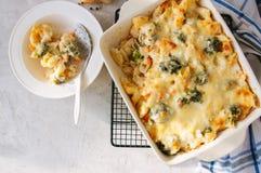 Broccoli en pompoenmac en kaas in een ceramische schotel op een draad stock afbeelding