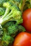 Broccoli en rijpe tomaat. stock fotografie