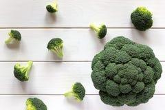 Broccoli en verspreide stukken op een witte lijst, hoogste mening Royalty-vrije Stock Foto's
