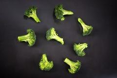 Broccoli freschi con un fondo nero fotografie stock libere da diritti
