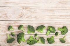 Broccoli freschi su fondo di legno bianco con lo spazio della copia per il vostro testo Vista superiore Fotografia Stock