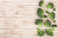 Broccoli freschi su fondo di legno bianco con lo spazio della copia per il vostro testo Vista superiore Fotografie Stock