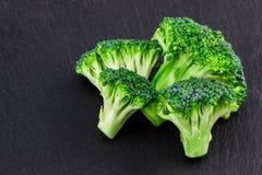 Broccoli freschi su un'ardesia nera, vista superiore con spazio per testo Fotografia Stock