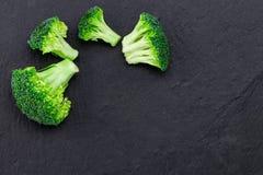 Broccoli freschi su un'ardesia nera, vista superiore con spazio per testo Fotografie Stock Libere da Diritti