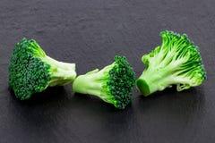 Broccoli freschi su un'ardesia nera, vista superiore con spazio per testo Immagini Stock Libere da Diritti