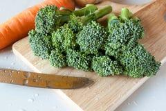 Broccoli freschi sul bordo di legno Fotografia Stock Libera da Diritti