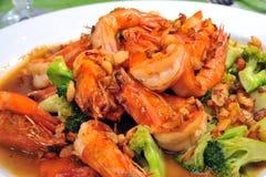 Broccoli frit chinois avec la crevette rose Images libres de droits