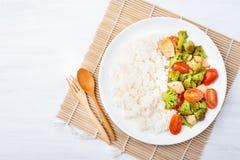 Broccoli fritti con i pomodori, il pollo ed il riso cucinato Fotografie Stock