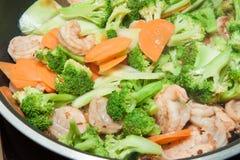 Broccoli fritti scalpore con gamberetto Fotografie Stock
