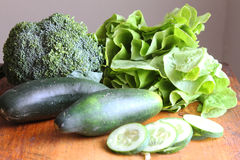 Broccoli grönsallat, gurkor Royaltyfria Foton