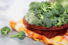 Broccoli i en korg Fotografering för Bildbyråer