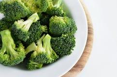 Broccoli i maträtten som isoleras på vit Arkivbild