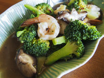 Broccoli med räkan och sky Arkivbild