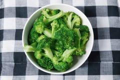 Broccoli nella ciotola sulla tovaglia Fotografia Stock