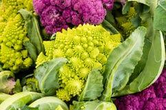 Broccoli o broccoliflower di Romanesco al mercato Fotografia Stock Libera da Diritti