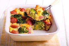 Broccoli och korven bakar Royaltyfria Bilder