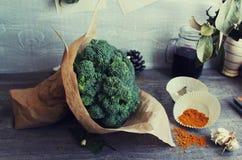 Broccoli op de grijze houten lijst Royalty-vrije Stock Afbeeldingen